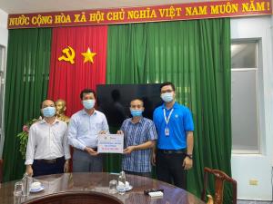Trao quà cho CĐYT tỉnh Tiền Giang